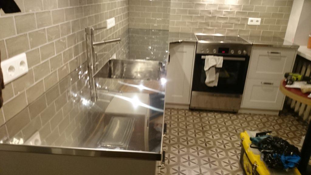 Poleeritud roostevabast köögitasapind